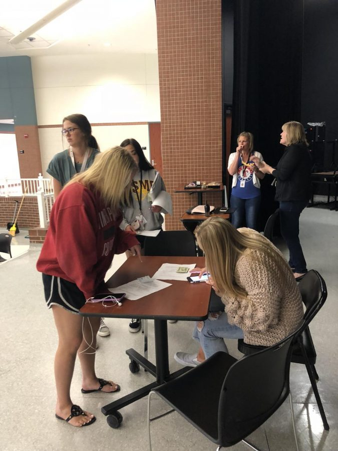 Signing up // Seniors and juniors signing up to participate in powderpuff.